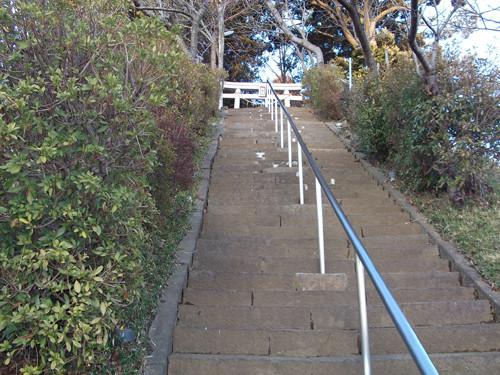 道路側から八幡神社へは、この急な階段を登る必要あり。けっこう、地味にきつい。