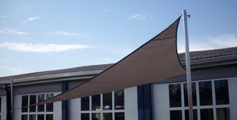 3-eck Sonnensegel mit 2 höhenverstellbaren Hülsen und einer Wandbefestigung mit Spannschloss
