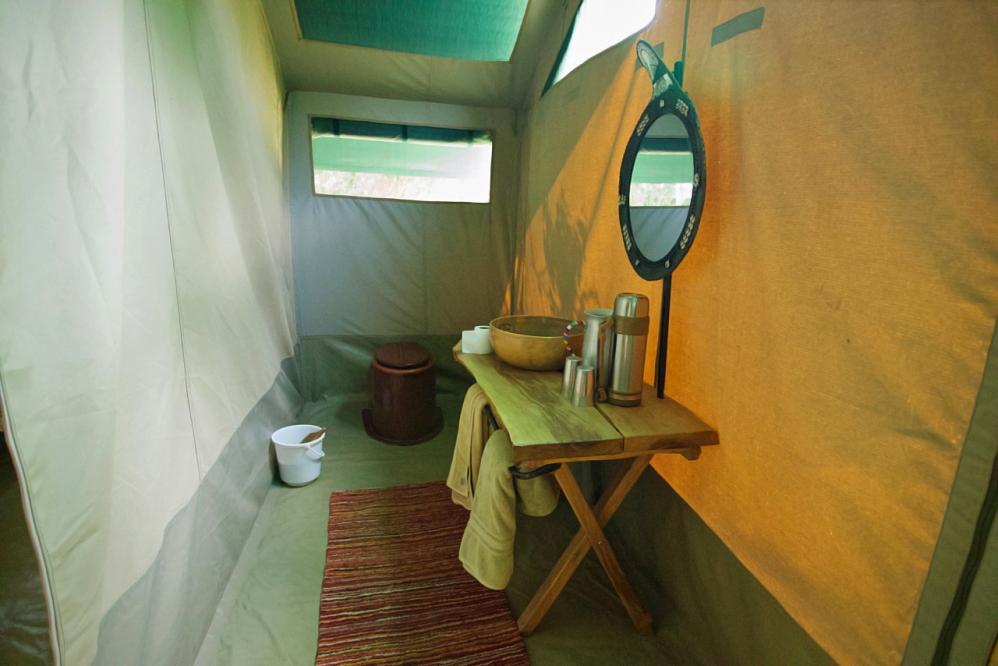 Intérieur tente - toilettes sèches et lavabo