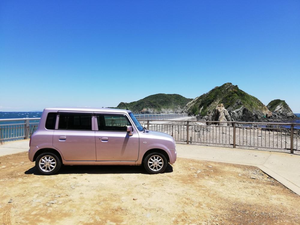 ピンクのラパンと海