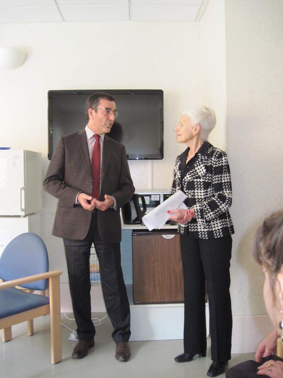 Madame Janine Dumas et Mr Martin , Directeur de l'Hôpital de Chambéry.