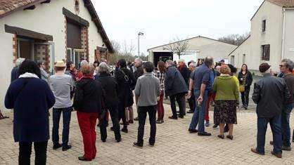 Groupe se préparant à la visite de la Ferme de la Vergne : plus de 100 personnes sur l'après-midi