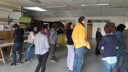 Un groupe visitant l'ancienne tapisserie où ELISE tenait son stand