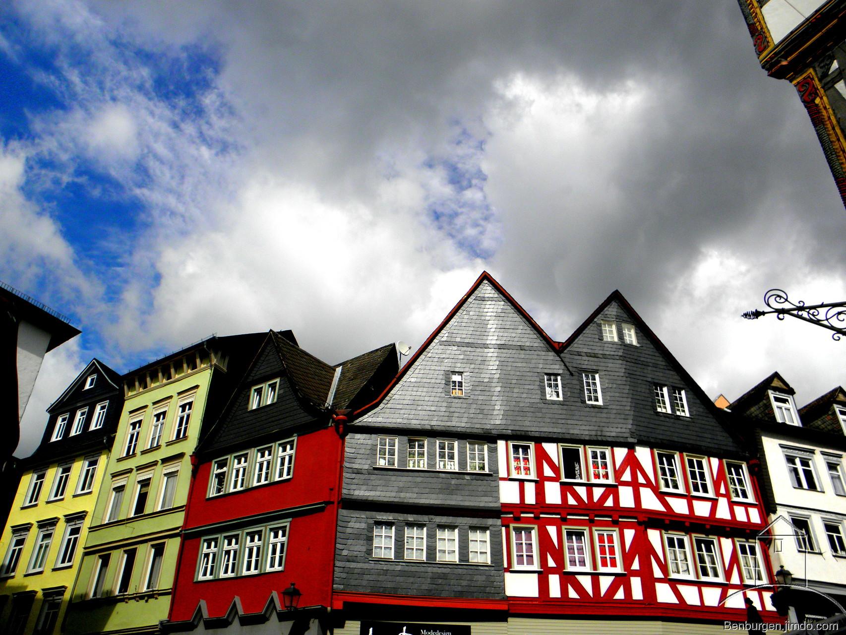 Häusergruppierung mit Blick in den Himmel.