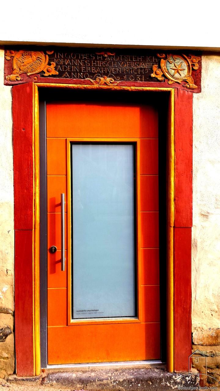 Historischer Türrahmen mit neuer Tür.