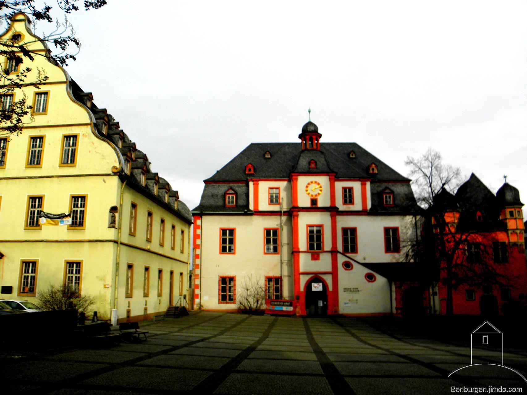 Altes Kaufhaus mit Bürresheimer Hof (links) und Schöffenhaus (rechts).