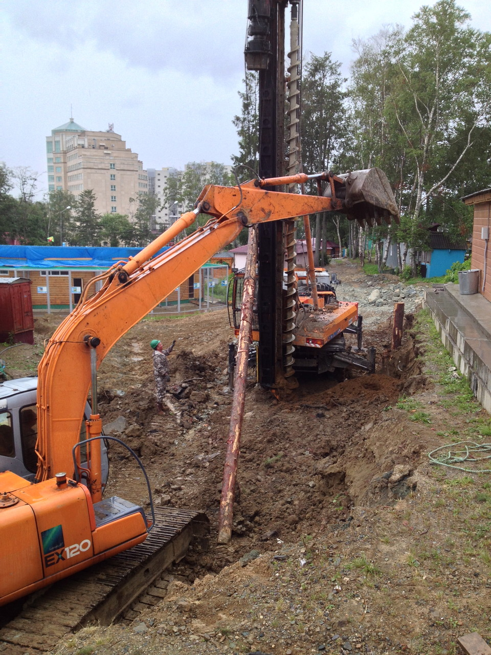 excavators liffting and installation to holes