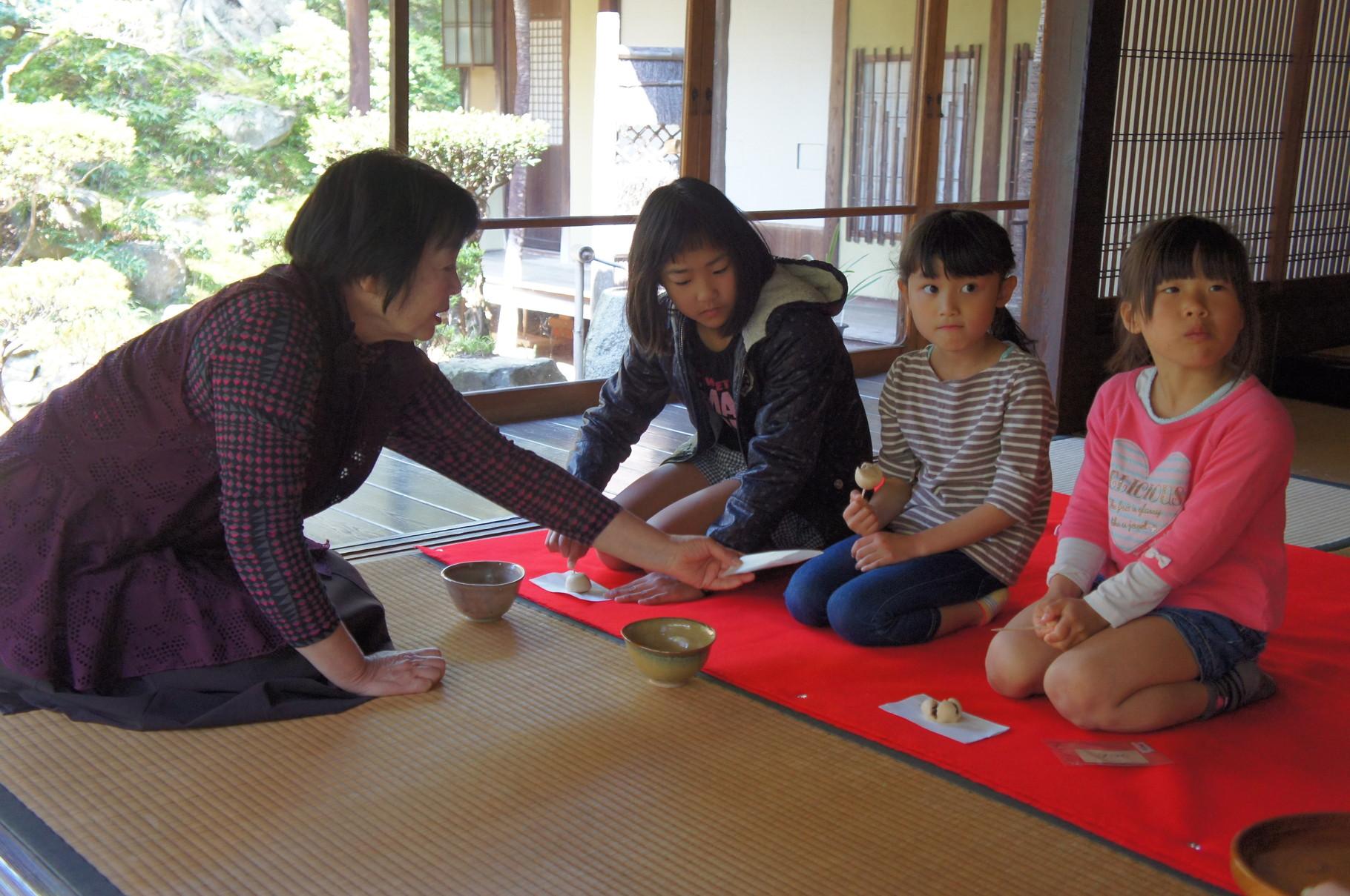 光源寺仏教婦人会のお茶席。子供たちもお茶席体験♪
