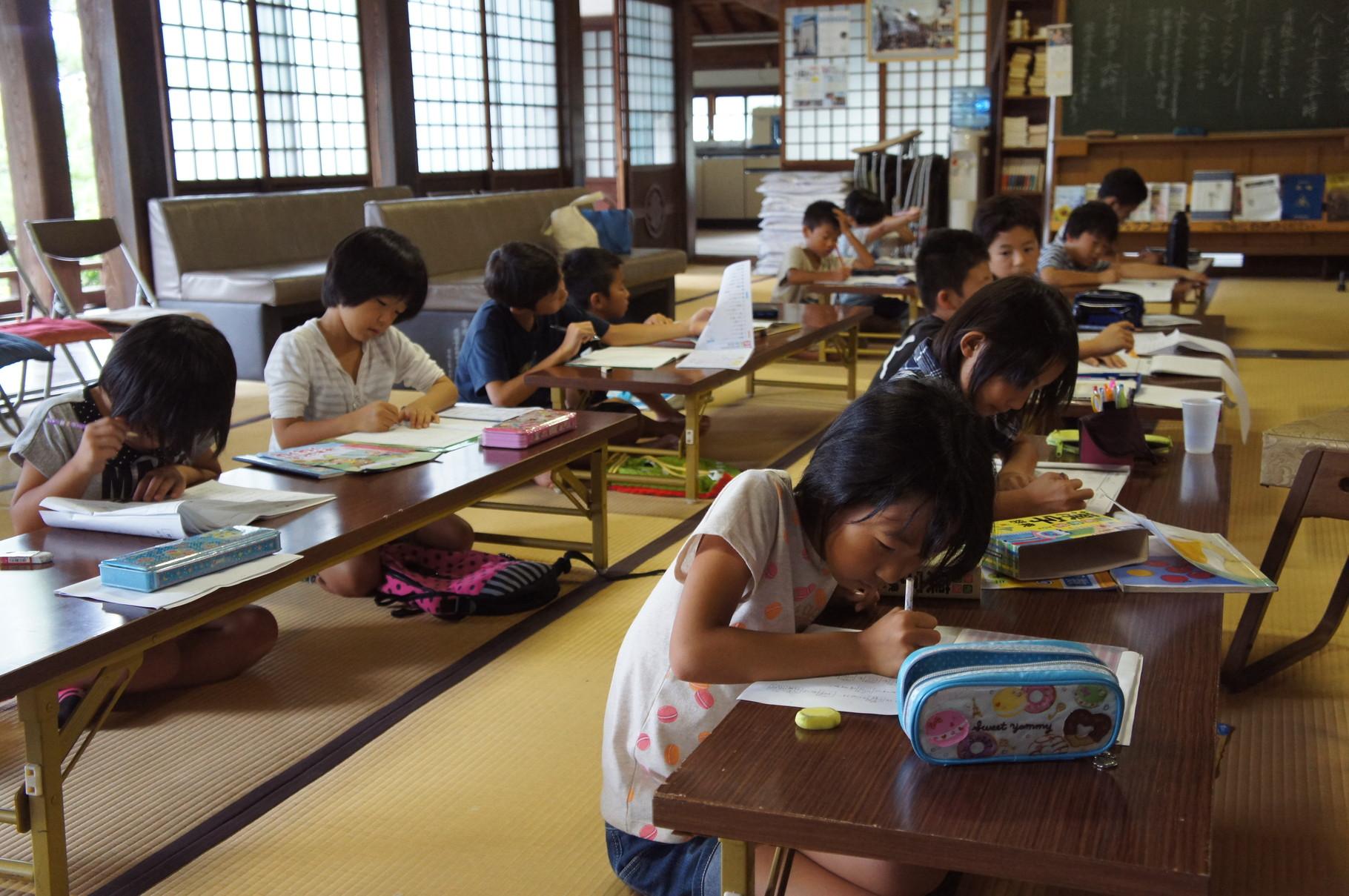 本堂では、みんな集中してお勉強できるようです。夏休みの宿題中。