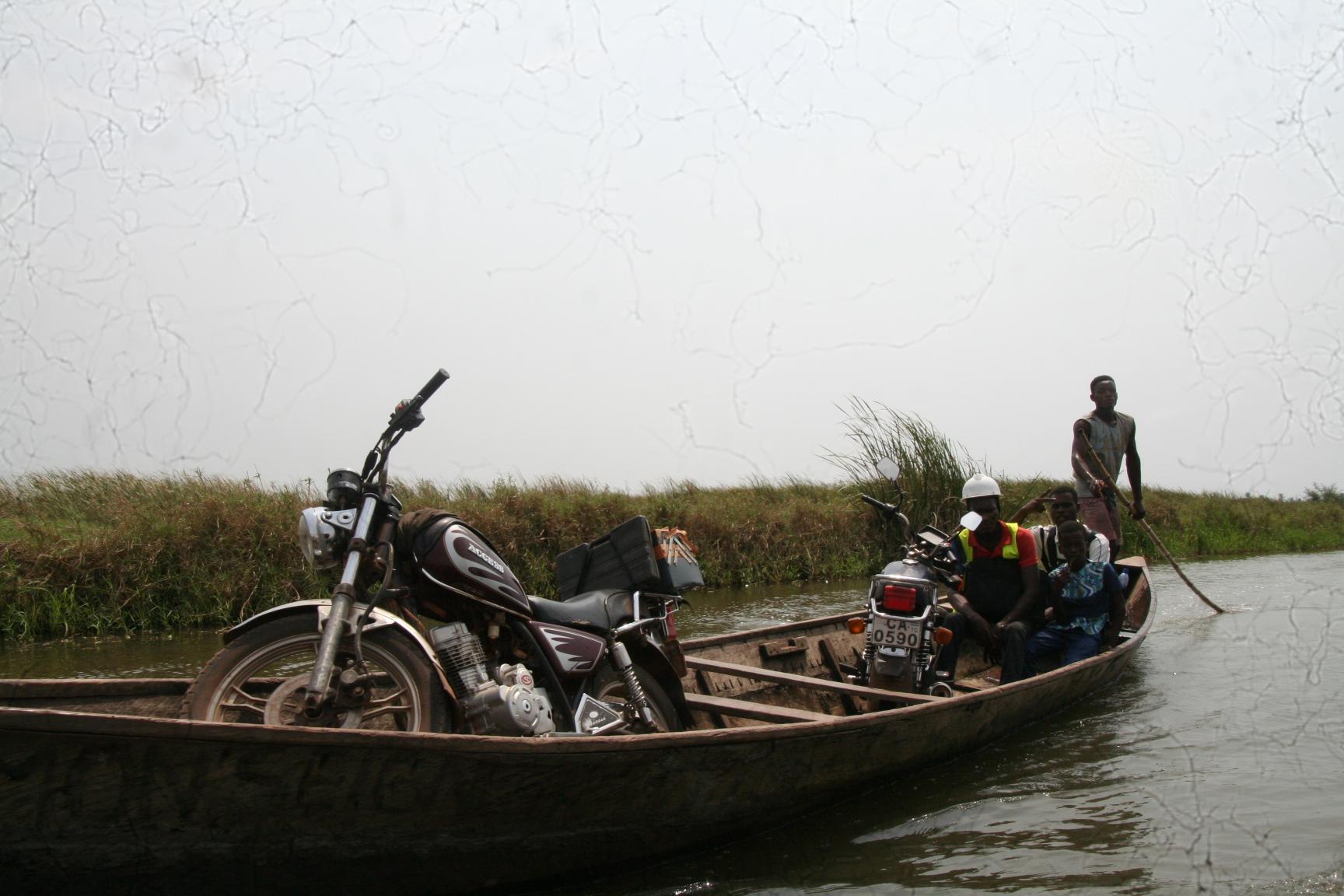 Auch Motorräder werden auf den Pirogen transportiert.