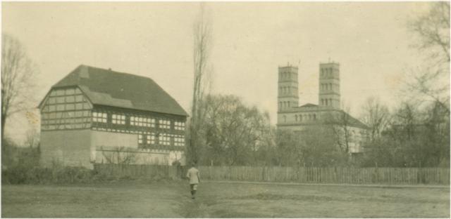 Blick auf Magazin und Kirche. Um 1920.