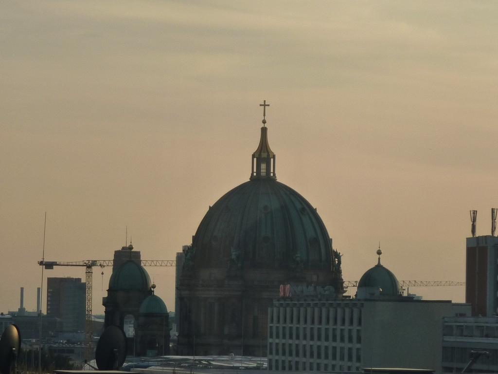 Kirche in der Ferne von Berlin