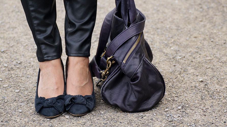 Outfit Style Leather | Trendige Kunstleder Kombination aus Leggings & Wildleder Wedges von Görtz17 & Liebeskind Tasche