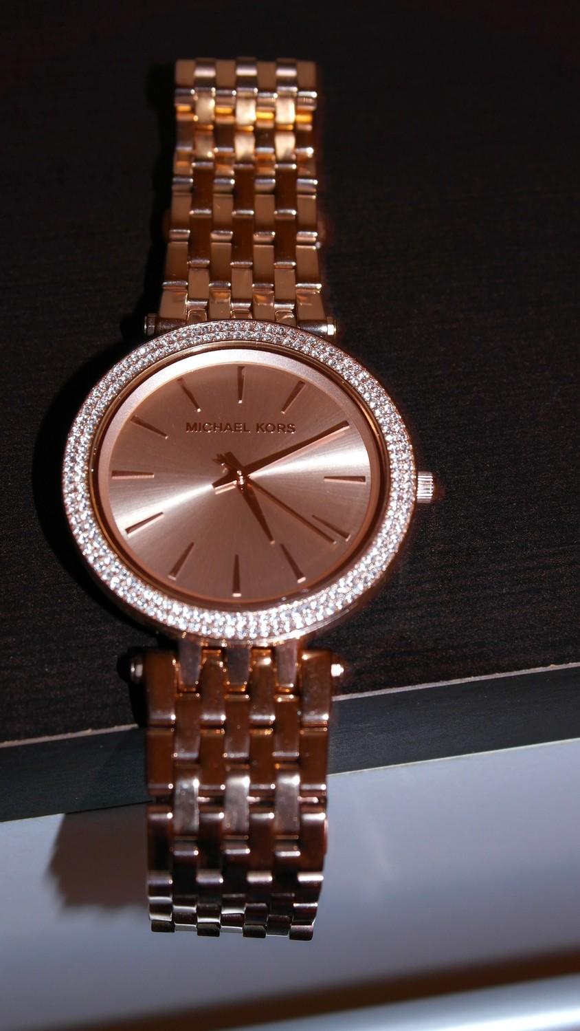 Michael Kors Darci: Feminine Uhr in Roségold für besondere Anlässe! Glänzend schön & mit vielen kleinen Zirkonia Steinen versehen, zieht diese Fashion Uhr alle Blicke auf sich | Hot Port Life & Style | 30+ Style Blog