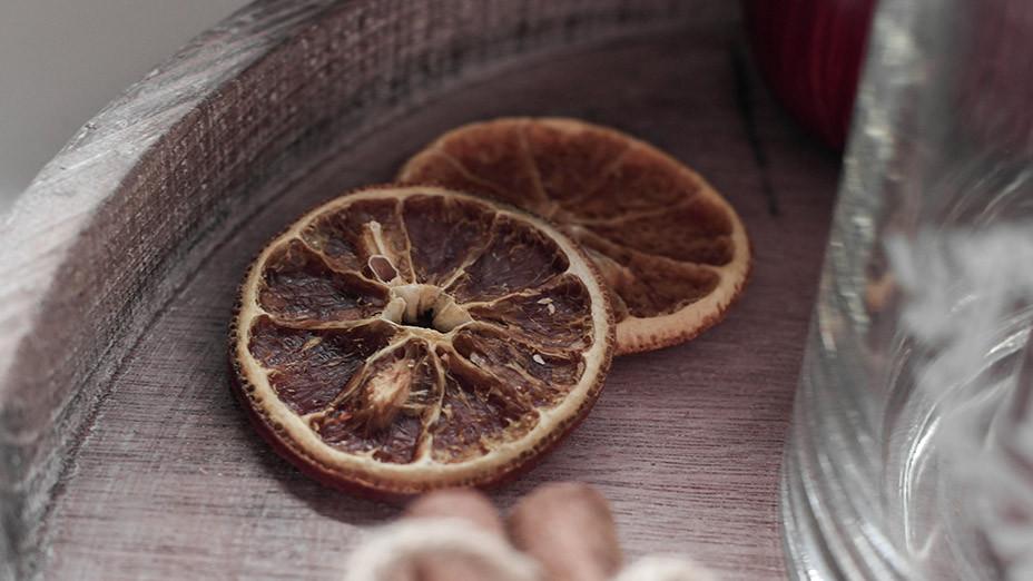 Adventszeit ist Dekozeit | Wie man sich ein gemütliches Zuhause bastelt erfahrt Ihr auf Franny´s Lifestyle Blog | getrocknete Orangen