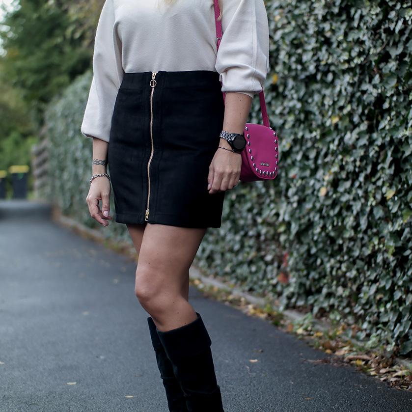 Outfit Vero Moda Kuschelpulli mit Schößchen, Wildlederrock & Wildleder Stiefeln von Zara plus Moschino Umhängetasche | hot-port.de | 30+ Style Blog