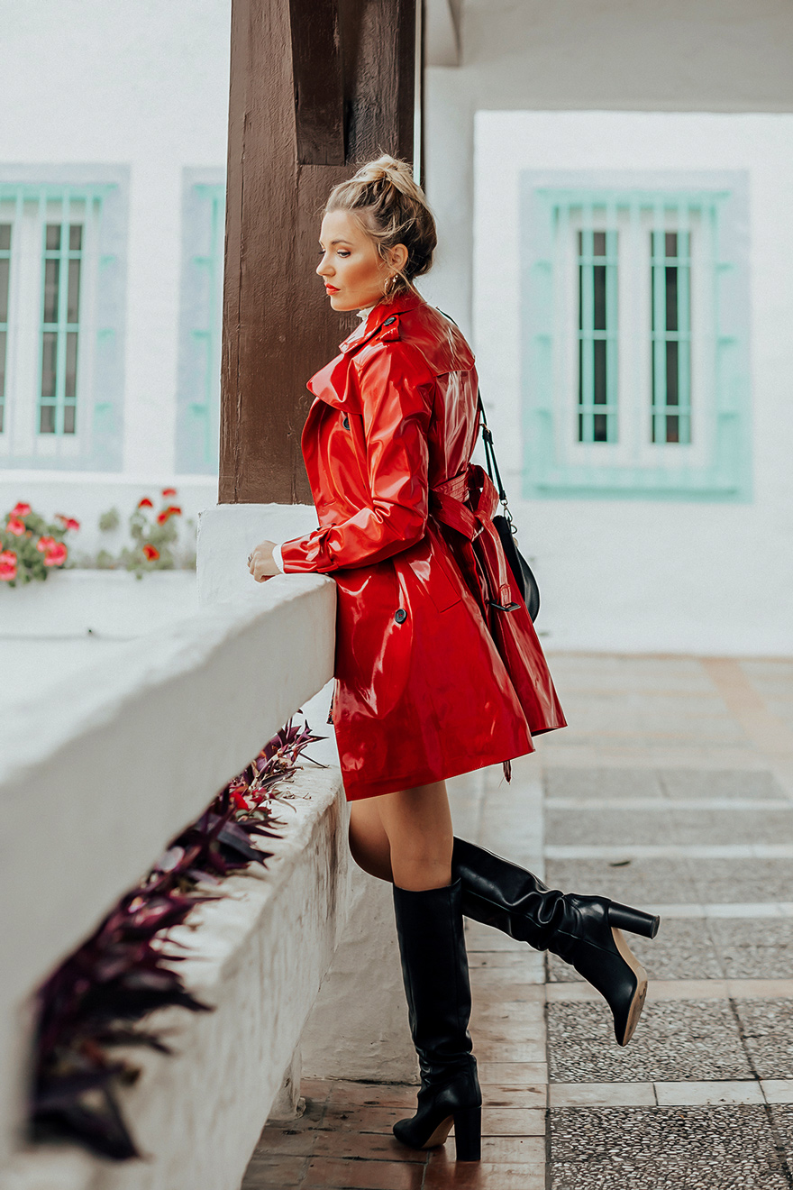 Vinyl Coats: Der unverzichtbare Style Trend an regnerischen Tagen. Wenn es wider Erwarten im Sommer einmal wild & regnerisch werden sollte, sind Jacken & Mäntel aus Vinyl absolut unverzichtbare Begleiter, die nicht nur vor Regen schützen, sondern vor allem echt stylish aussehen   Hot Port Life & Style   30+ Style Blog aus Deutschland