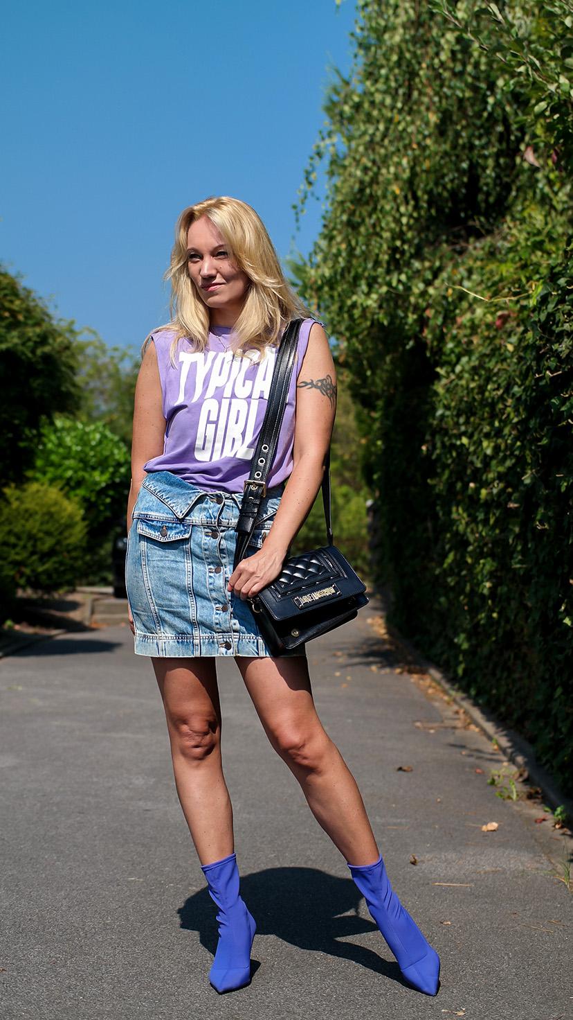 Der Sommer neigt sich langsam dem Ende. Bevor wir uns modetechnisch jedoch dem Herbst zuwenden, wollte ich noch einmal ein letztes Sommeroutfit zum Besten geben! Im Love Moschino Allover Look | Hot Port Life & Style | 30+ Style Blog