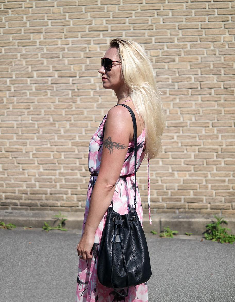 Outfit Maxikleid mit Palmendruck von Paramita & rockige Pepe Beuteltasche | hot-port.de | 30+ Lifestyle Blog