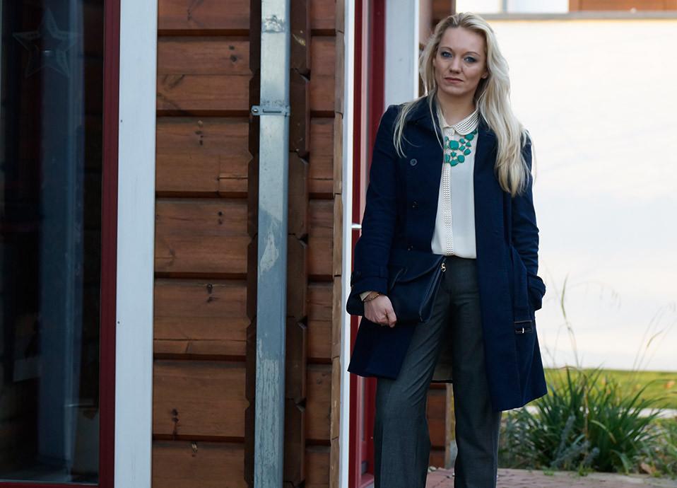 Streetstyle Look | Mein Pre Christmas Business Outfit | Trenchcoat von Mango | Bluse von Vero Moda | Tasche Vintage | Kette von Review
