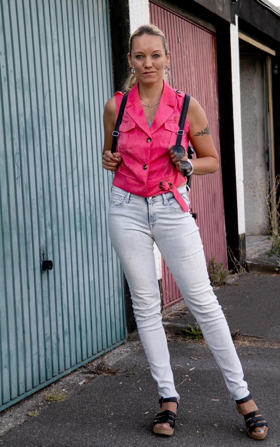 Pink Passion: Kaum ist der Sommer da, brauchen wir Frauen definitiv etwas Farbe im Leben. Die Trendfarbe Pink zu kombinieren ist aber manchmal gar nicht so einfach, weswegen ich Euch ein entspanntes Sommeroutfit mit dem It-Peace in Pink zeigen möchte | Hot Port Life & Style | 30+ Mode & Trends Blog