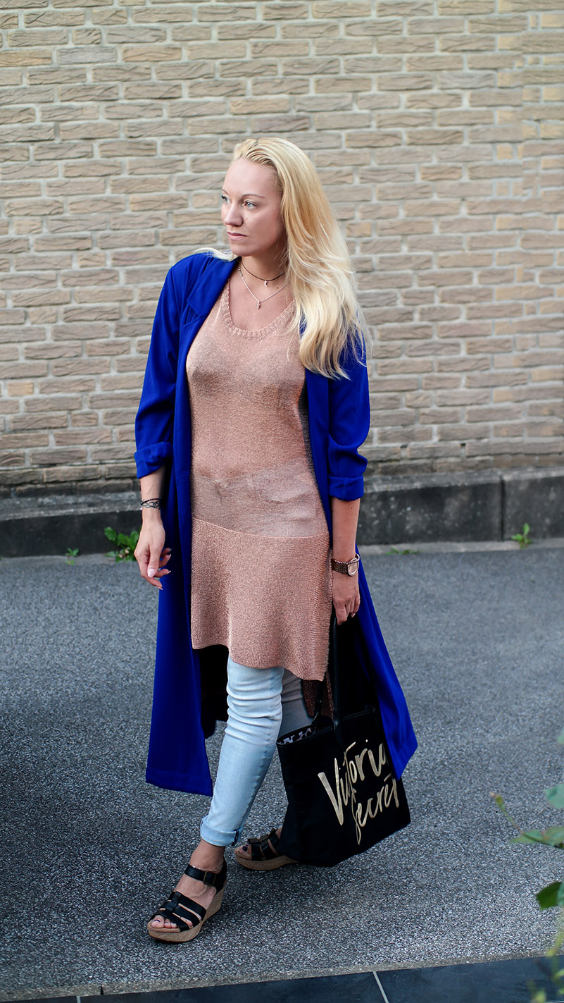 Reiseoutfits 2018 - Minkpink Golden Metallic Knit Tunic & Kobaltblauer Duster Mantel | hot-port.de | Lifestyle Blog