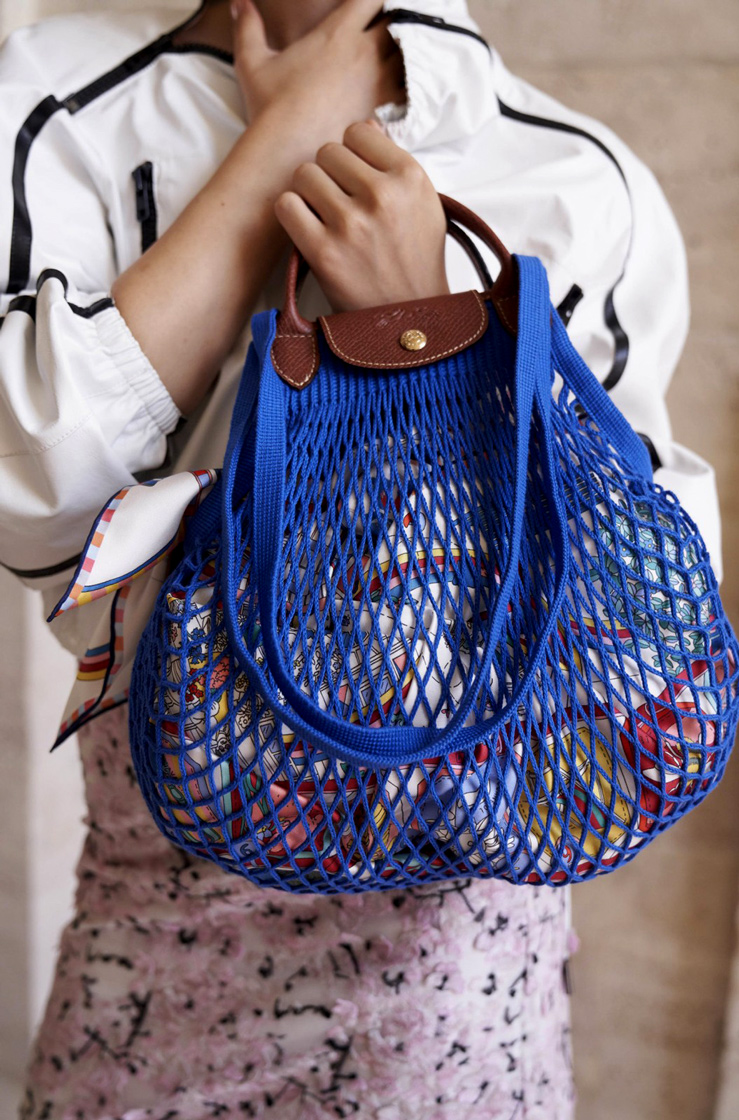 Attention please: Einkaufsnetze kommen im Jahr 2021 wieder ganz groß raus. Während wir in Pandemiezeiten ohnehin nichts anderes tun können als Lebensmitteleinkäufe nach Hause zu schleppen, dann wenigstens standesgemäß mit einer stylishen Netztasche, wie etwa die von Longchamp | Hot Port Life & Style | 30+ Style Blog
