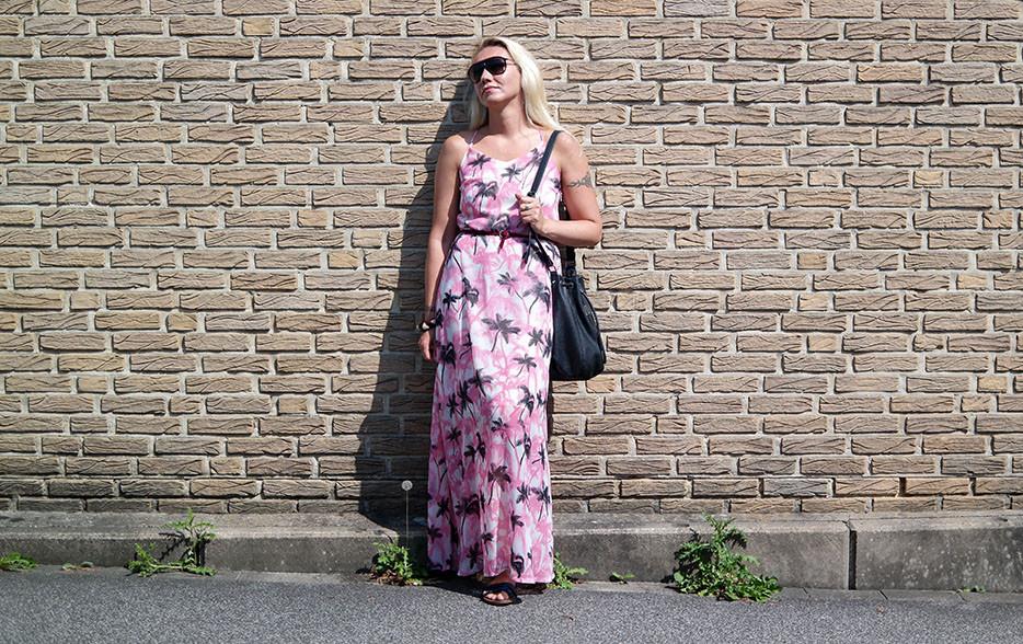 Outfit: Maxikleid mit Palmen von Smash & rockige Pepe Beuteltasche