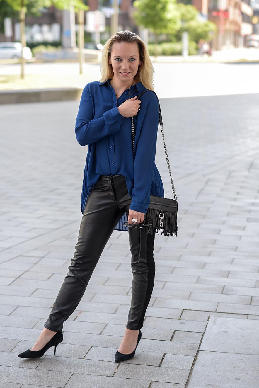 Bloggerin Franny Fine kombiniert eine royalblaue Faltenbluse von Best Connection zur Lederhose von H&M und natürlich nicht zu vergessen die Mini MAC von Rebecca Minkoff | Outfit: Transparente Vokuhila Bluse trifft auf #Fransentasche | www.hot-port.de | Hort Port Life & Style | 30+ Style & Fashion Blog