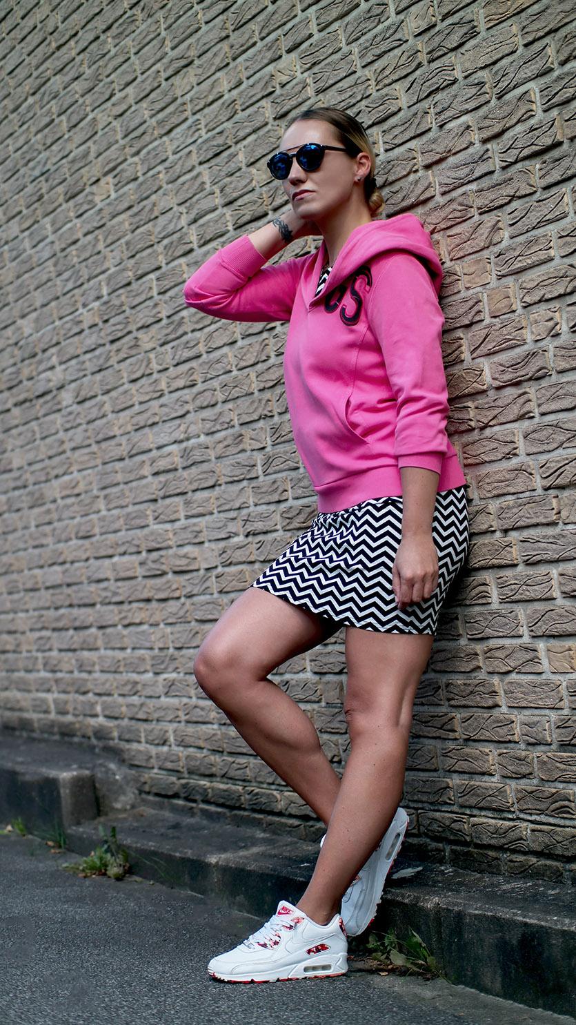 Zick Zack Etuikleid X Hoodie & Air Max 90 | Ein Outfit ganz nach Franny Art | hot-port.de | 30+ Style Blog