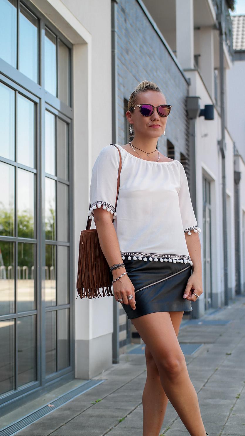 Sommerlook Outfit mit rockigem Lederrock von Zara, Pom Pom Bluse & Fransentasche | hot-port.de | 30+ Style Blog
