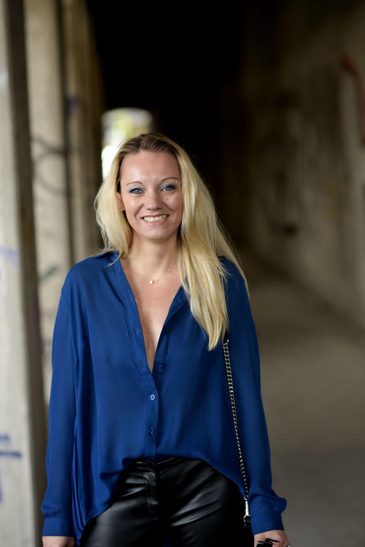 Outfit: Vokuhila Bluse trifft auf Fransentasche - Royalblaue Plissee Bluse von Best Connection - Lederhose von H&M - Mini MAC Rebecca Minkoff