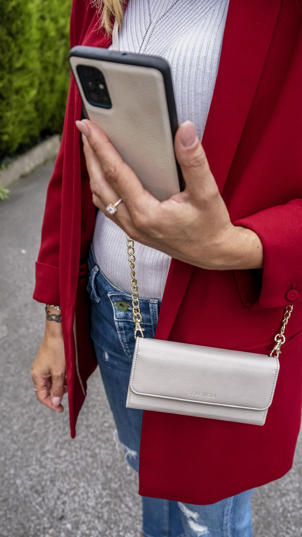 Wir alle lieben Mode: Dass ein Outfit allerdings bis ins kleinste Detail geplant sein sollte, steht vollkommen außer Frage! Für den letzten Schliff empfehlen sich in aller Regel Accessoires, die den Look optisch perfekt aufwerten, weshalb ich Euch heute mein persönliches Must Have vorstellen möchte. Die Snake Phone Clutch von Selencia. Ein Umhängecover zum Schockverlieben | Hot Port Life & Style | Mode & Lifestyle Blog aus Deutschland