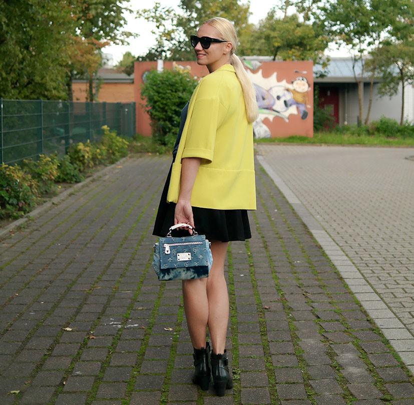 Outfit Herbstsonne | Gelber Staubmantel zur Jeanstasche von Guess und Fornarina Rock