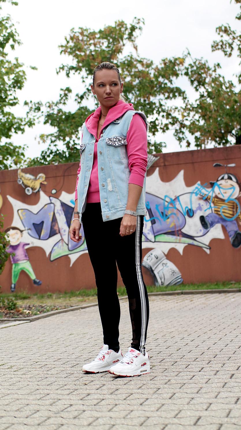 Sporty Girl: Wenn Bloggerin Franny Fine sich körperlich betätigt, wird selbst dieser Akt ein Stück weit glamourös. Oder als was könnte man die Jeansweste mit Glitzersteinen von French Connection sonst bezeichnen? | Hot Port Life & Style | hot-port.de | Mode & Lifestyle Blog für Frauen um die 30