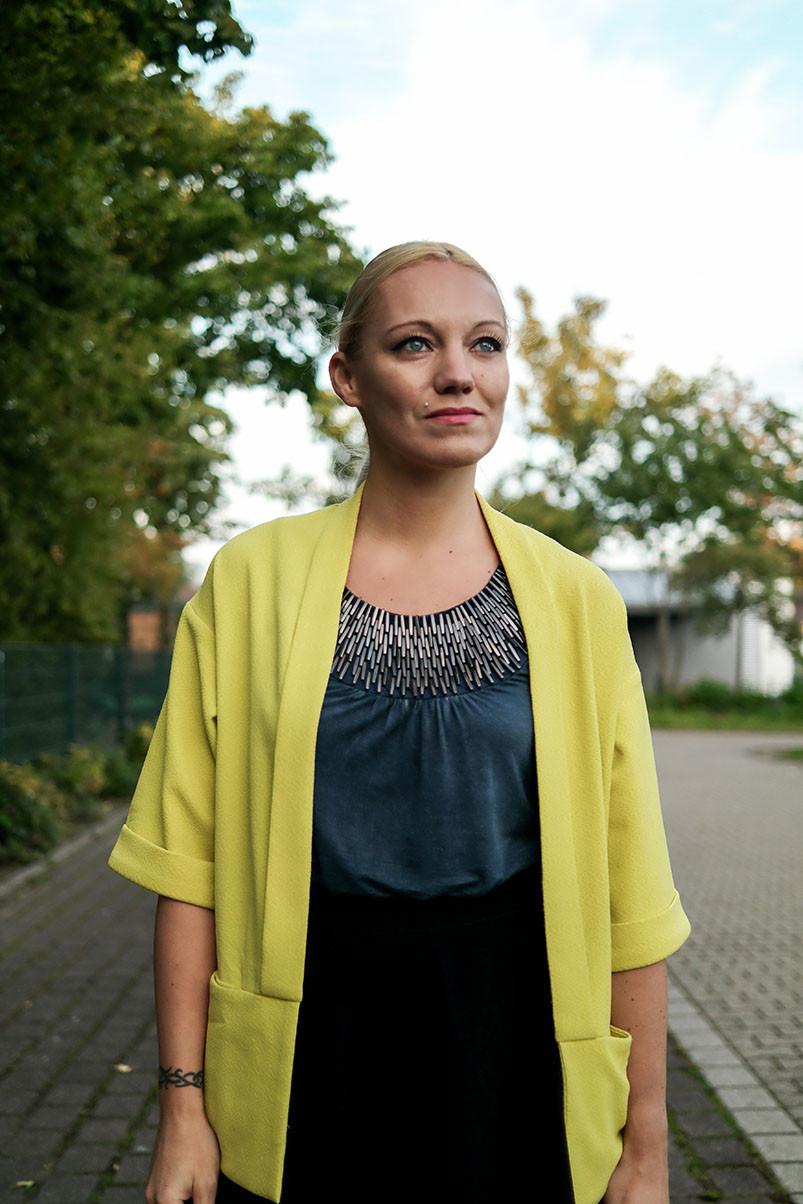 Outfit Herbstsonne | Gelber Staubmantel zum jeansblauen Top | hot-port.de | 30+ Style Blog