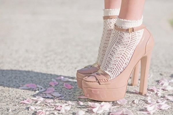 Socken in Sandalen sind seit Jahren ein Style Trend, der nicht mehr wegzudenken ist | Spitzensocke in Plateau Heels | hot-port.de | 30+ Style Blog