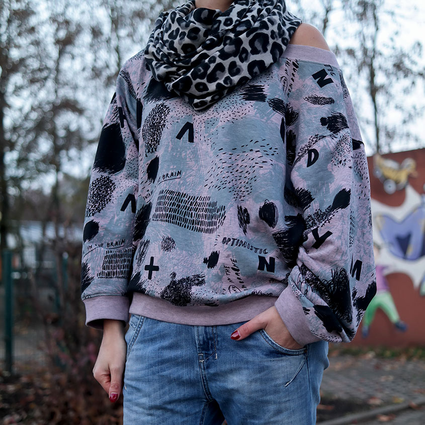 Streetstyle | Boyfriend Jeans X Leo Look X Oversized Comic Sweat | hot-port.de | 30+ Style Trends from Germany