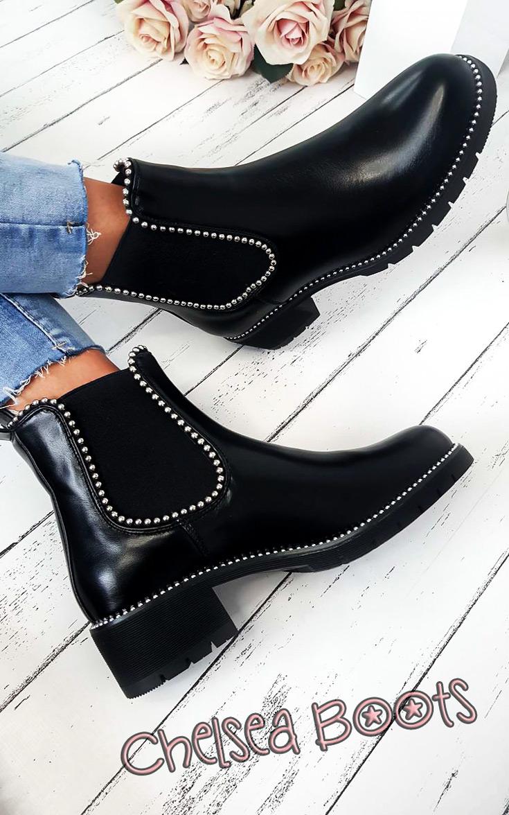 Mit ihren flachen Absätzen und der unverwechselbaren Lässigkeit sorgen sie dafür, dass wir sicher durch die dunkle Jahreszeit kommen: Chelsea Boots sind das unangefochtene Must Haves für den Herbst | Hot Port Life & Style | Deutscher Mode & Style Blog
