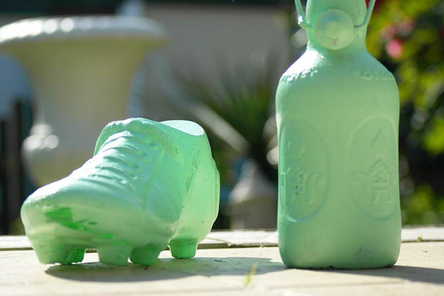 Mint Vasen DIY | Der erste Anstrich der Glasflaschen