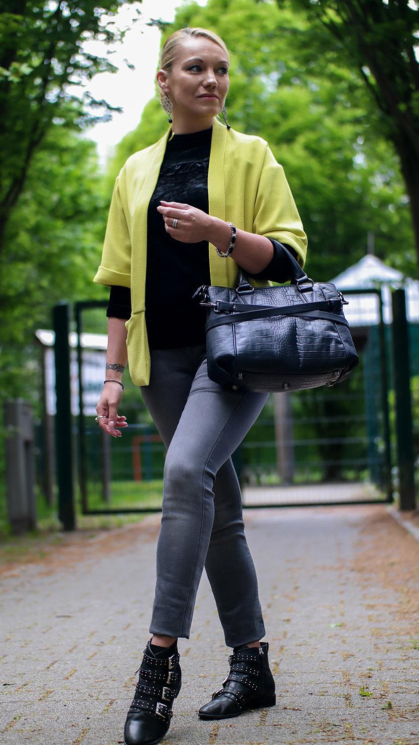 Aprilwetter Look Outfit | graue Jeans, Samtshirt von BlankNYC & gelber Blazer | Rebecca Minkoff Maddox | hot-port.de | 30+ Style Blog
