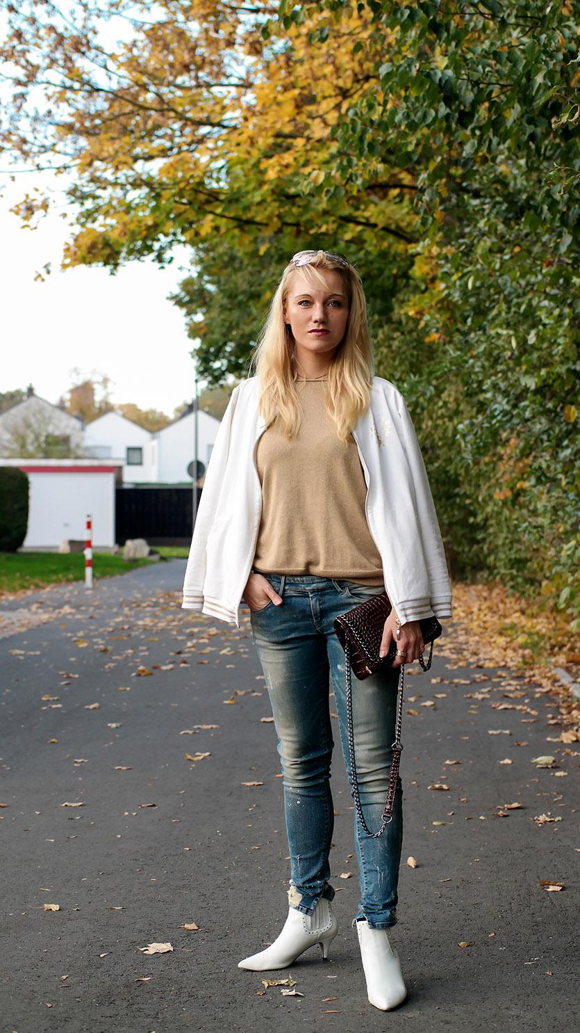 Goldene Akzente zur goldenen Herbst Saison! Mit Bomberjacke & Kitten Heel Boots gewappnet lassen wir nicht nur das Laub am Boden erstrahlen | hot-port.de | 30+ Life & Style Blog