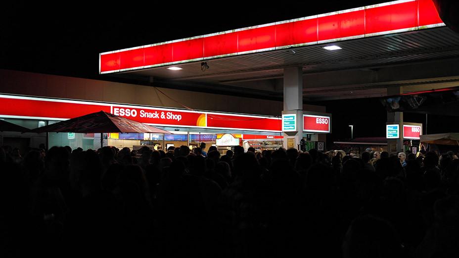 Lifestyle Trend Tankstellenfest   Wenn eine Esso Tankstelle in Bergkamen plötzlich Party macht