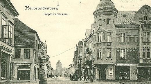 Bis zum Eisenbahnanschluss Neubrandenburgs war die Treptower Straße, hier nach 1905, die Hauptverkehrsstraße.