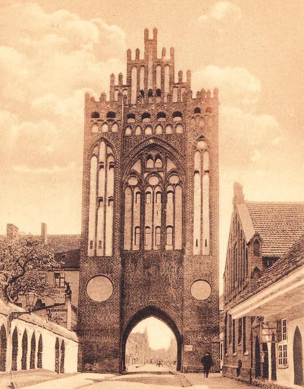 Neben dem Postamt und der Posthalterei in der Treptower Straße, trug auch das 1856 im Treptower Tor errichtete Telegrafenamt trug dazu bei, durch dieses Tor der größte Teil des geschäftlichen Verkehrs zog.