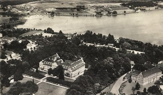 Blick aus der Vogelperspektive auf Fürstenberg mit seinem Schloss um 1900.