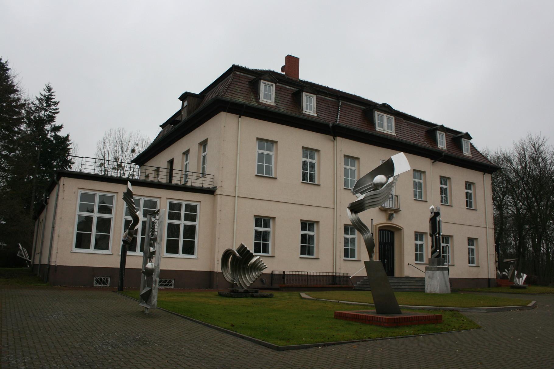 2003 wurde das frühere Brüssower Gutshaus, in dem sich lange Zeit eine Schule befand, für den im August 2012 im Alter von 82 Jahren verstorbenen international anerkannten Bildhauer Volkmar Haase zum Wohn- und Ausstellungsgebäude umgebaut.