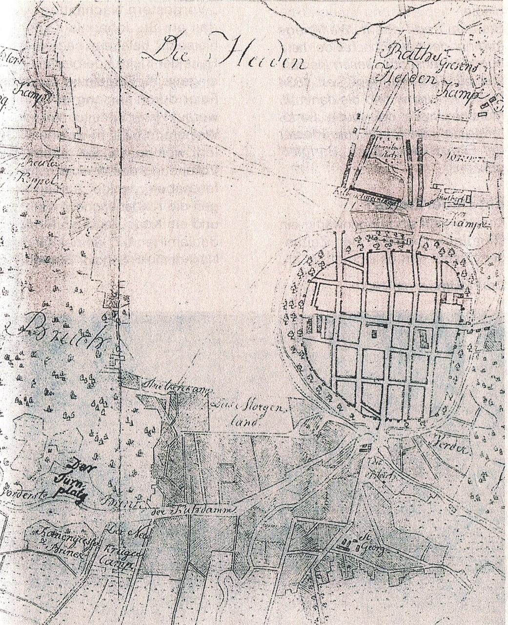 Der Ausschnitt aus der 2820 gefertigten Umgebungskarte von Neubrandenburg zeigt, dass es da bereits den Krügerkamp gab und die Jahnstraße noch Kuhdamm hieß.