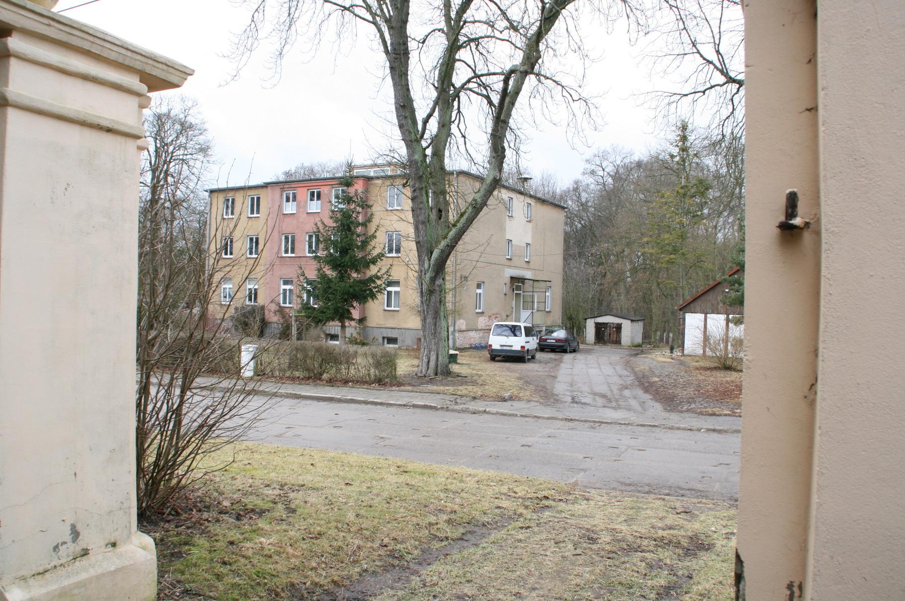 Im nach dem Krieg zu einen Mehrfamilienhaus umgebauten Gutshaus lebte der Vater Leopold von der Hagen. Seine Mutter war die 31-jährige Magd Dorothea Elisabth Bischof. Der kleien Friedrich, der erst 1803 das preußische Adelsdiplom erhielt, wuchs in Prenzla