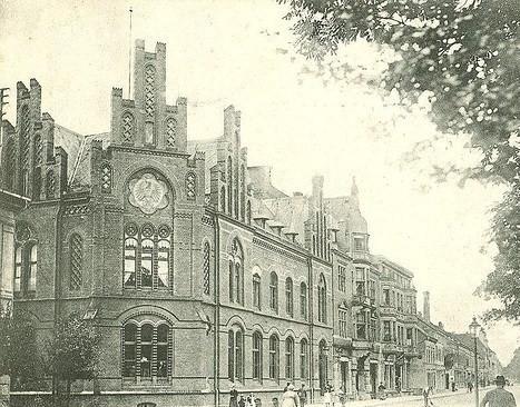 Rechts neben dem Postamt entstanden 18887 und 1887 zwei Geschäftshäuser für die Kaufleute Giesecke und Grewe.